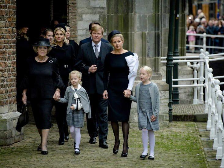 An der nichtöffentlichen Gedenkfeier beteiligten sich neben seiner Witwe fast alle Mitglieder der Königsfamilie