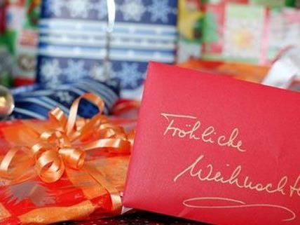 Neun von zehn Befragten kaufen Weihnachtsgeschenke.