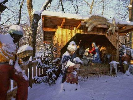 Traditionelle Weihnachtskrippe im Lainzer Tiergarten aufgestellt