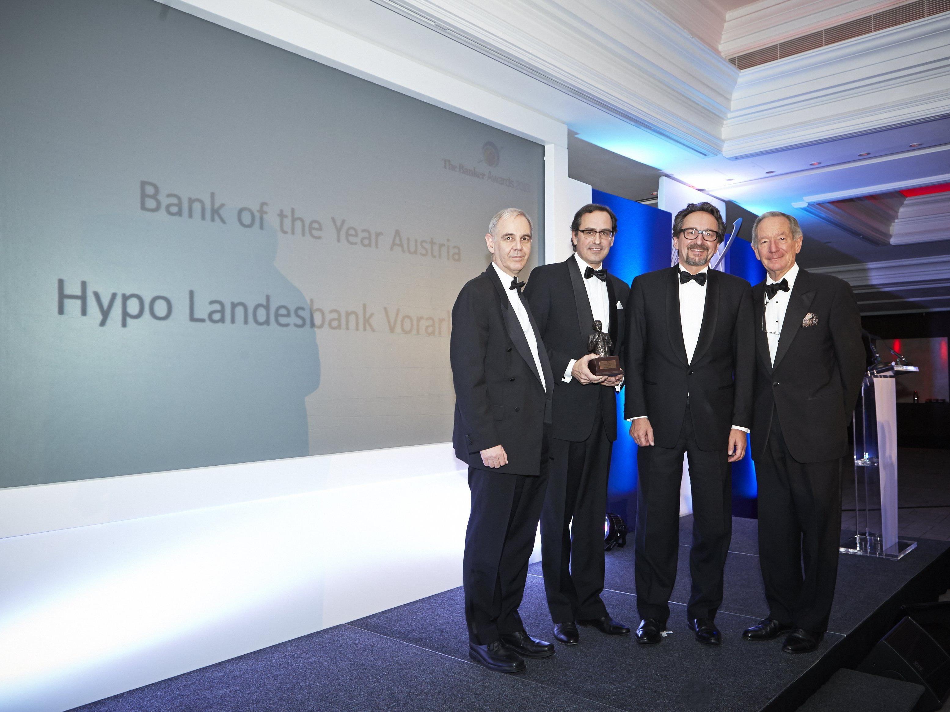 """""""Bank of the Year 2013"""": Strahlende Gesichter bei der Preisverleihung."""