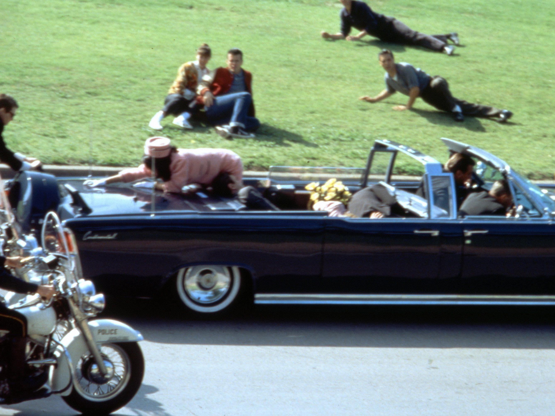 """Aufnahme aus Oliver Stone's """"JFK"""" (1991) zeigt die Nachstellung der Szene kurz nach den Schüssen."""