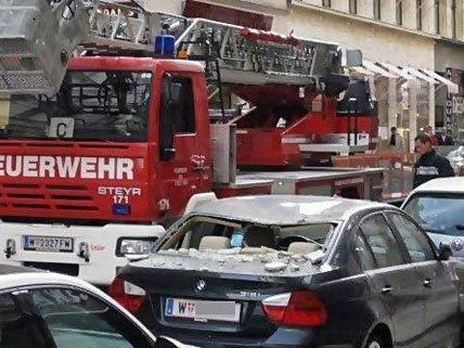 Fassadenteile in der Wiener Innenstadt beschädigten ein Fahrzeug.