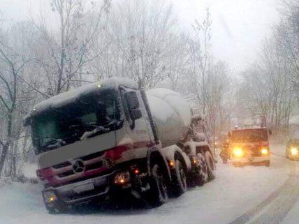 Die Schneefälle führten auf der A21 zu Einsätzen.