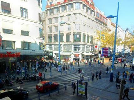 Der große Demozug gegen Pelz führt über die gesamte Mariahilfer Straße