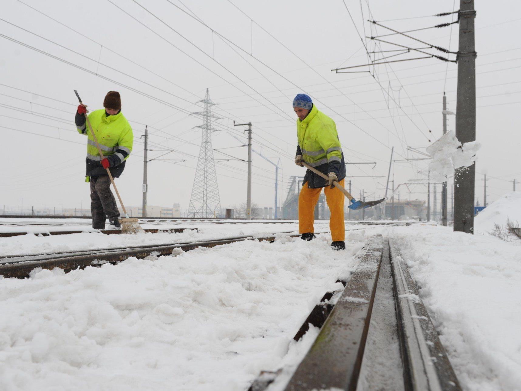 Von der Schneefräse über den Schienenschneepflug bis zum händischen Freimachen der Weichen – die ÖBB haben sich auf den Wintereinbruch vorbereitet.