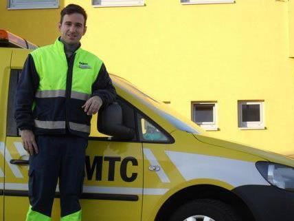Pannenfahrer Andreas Hackl befreite den kleinen Finn aus dem verschlossenen Auto.