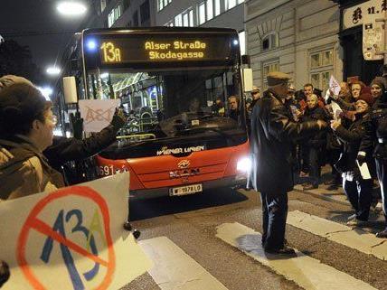 Anrainer protestieren gegen die neue 13A-Route.