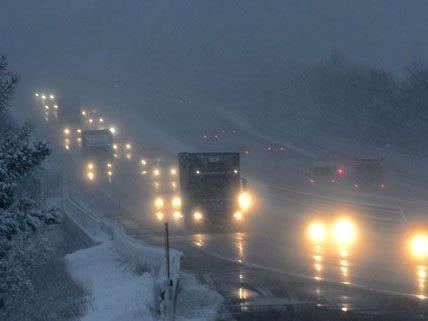 Der erste Schneefall des Jahres hat für Probleme gesorgt.