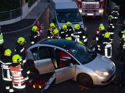 Die verletzte musste von der Feuerwehr aus dem Unfallwagen befreit werden.
