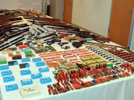 Diese Waffen wurden bei einem 53-Jährigen gefunden.