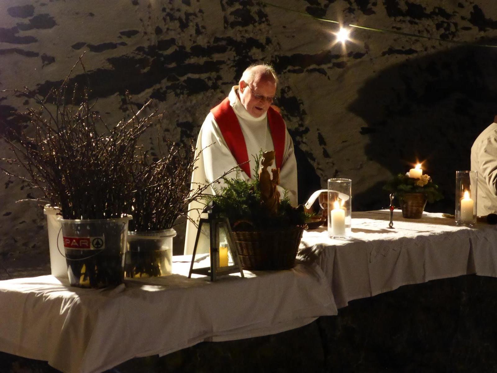 Pfarrer Josef Bertsch hielt die Messe im Steinbruch