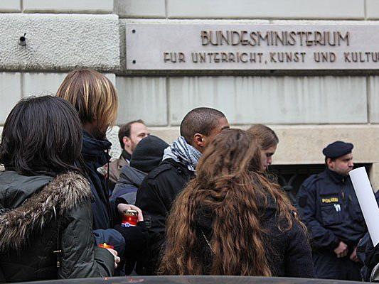 Viele Kerzen, ein Kranz und geschätzte 150 Studenten bei der Kundgebung am Minoritenplatz