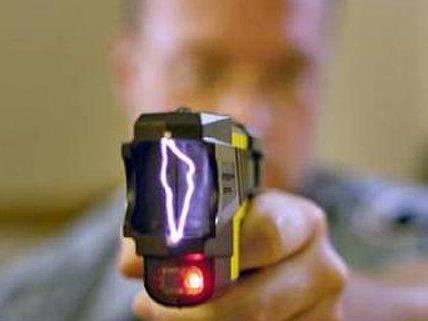 Mit einem illegalen Elektroschocker war einer der Jugendlichen bewaffnet