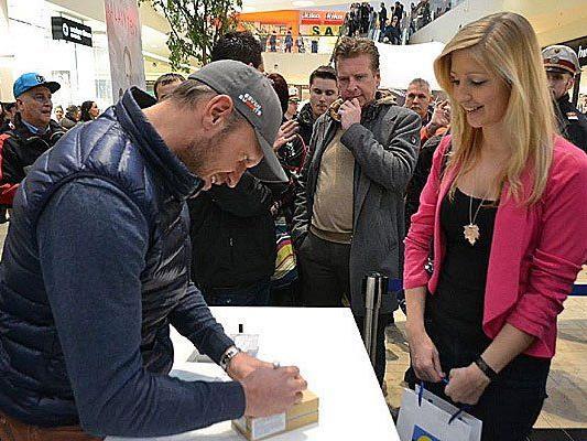 Bei der Autogrammstunde im Donauzentrum