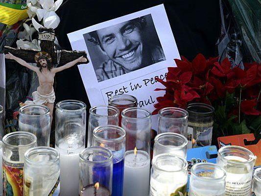 Fotos, Kerzen und Erinnerungsstücke an der Unfallstelle in in Valencia, California, wo Paul Walker starb