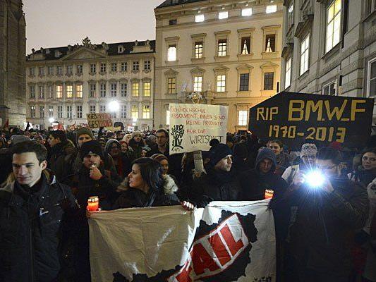 Teilnehmer an der Kundgebung der Österreichischen HochschülerInnenschaft (ÖH) gegen die neue-alte Bundesregierung in Wien