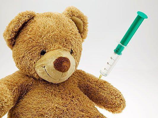 Wenn der Teddybär eine Spritze bekommt, nimmt das auch Kindern die Angst