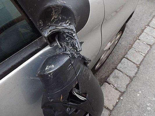 Ein Randalierer demolierte die Seitenspiegel geparkter Autos