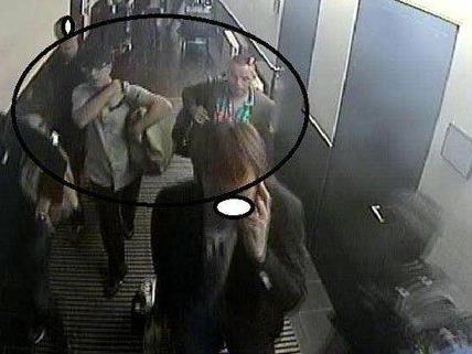 Die Polizei sucht nach den beiden im Kreisbereich markierten Männern.