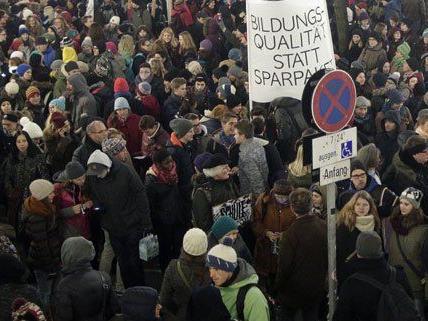 In Wien demonstrierten die Lehrer vor der Uni.