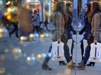 An den Einkaufssamstagen kaufen viele ihre Weihnachtsgeschenke.