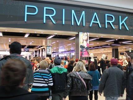 Ungeduldig warteten die Kunden auf den Einlass bei Primark am Mittwoch.