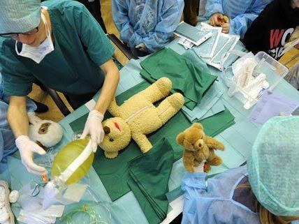 Das Teddybären-Krankenhaus soll Kindern die Angst nehmen.