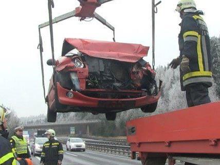 Auf der A2 kam es auf glatter Fahrbahn zum Unfall.