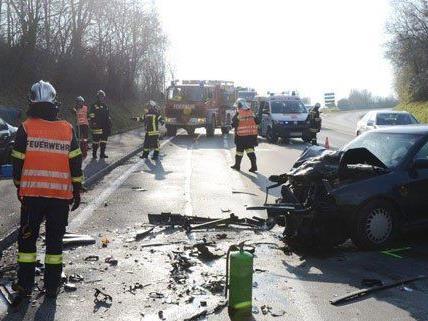 Zwei Personen wurden bei dem Unfall verletzt.