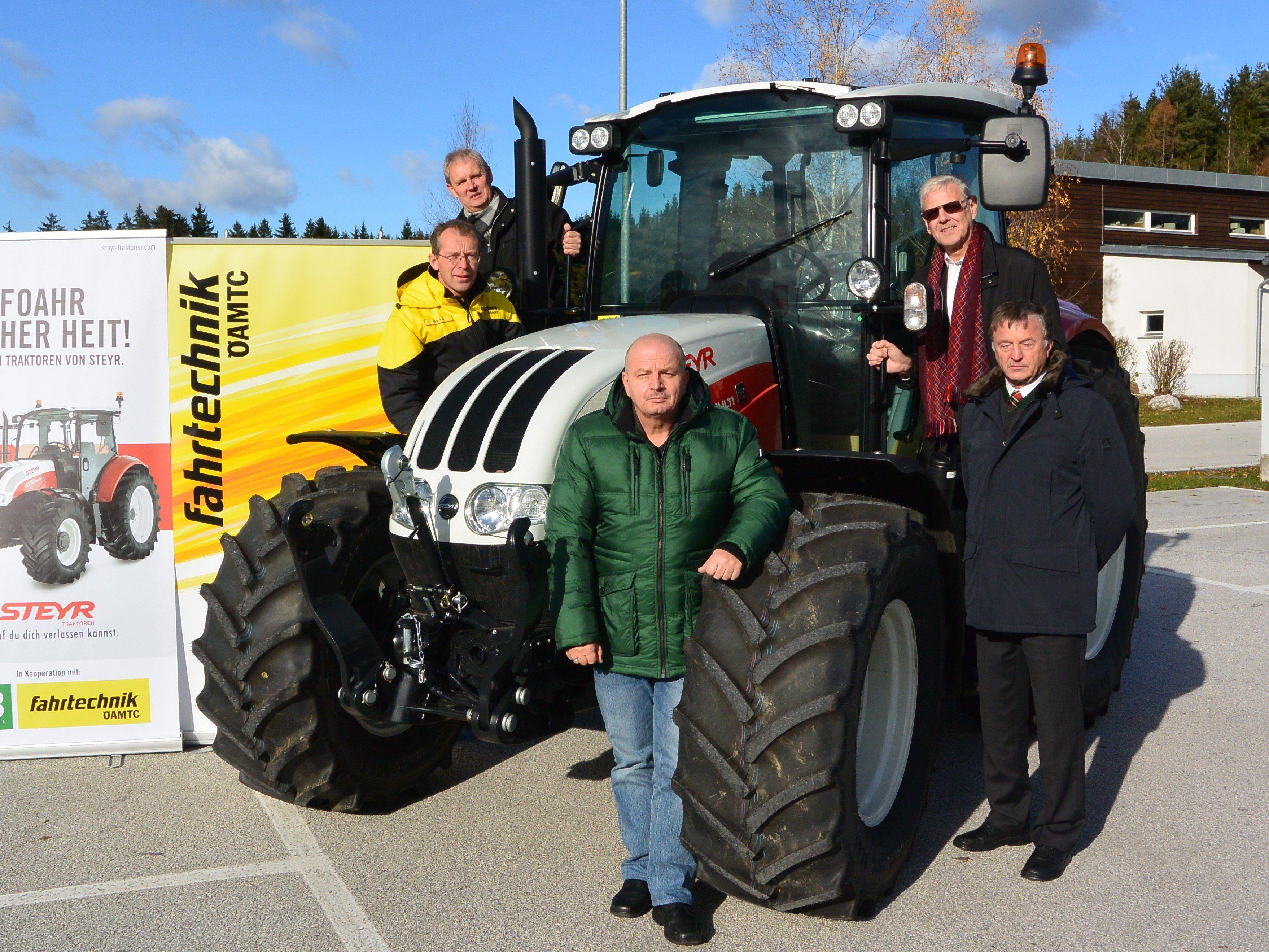 Fahrtsicherheitstraining mit Traktoren: Professionellen Umgang mit den Landtechnikmaschinen erlernen.