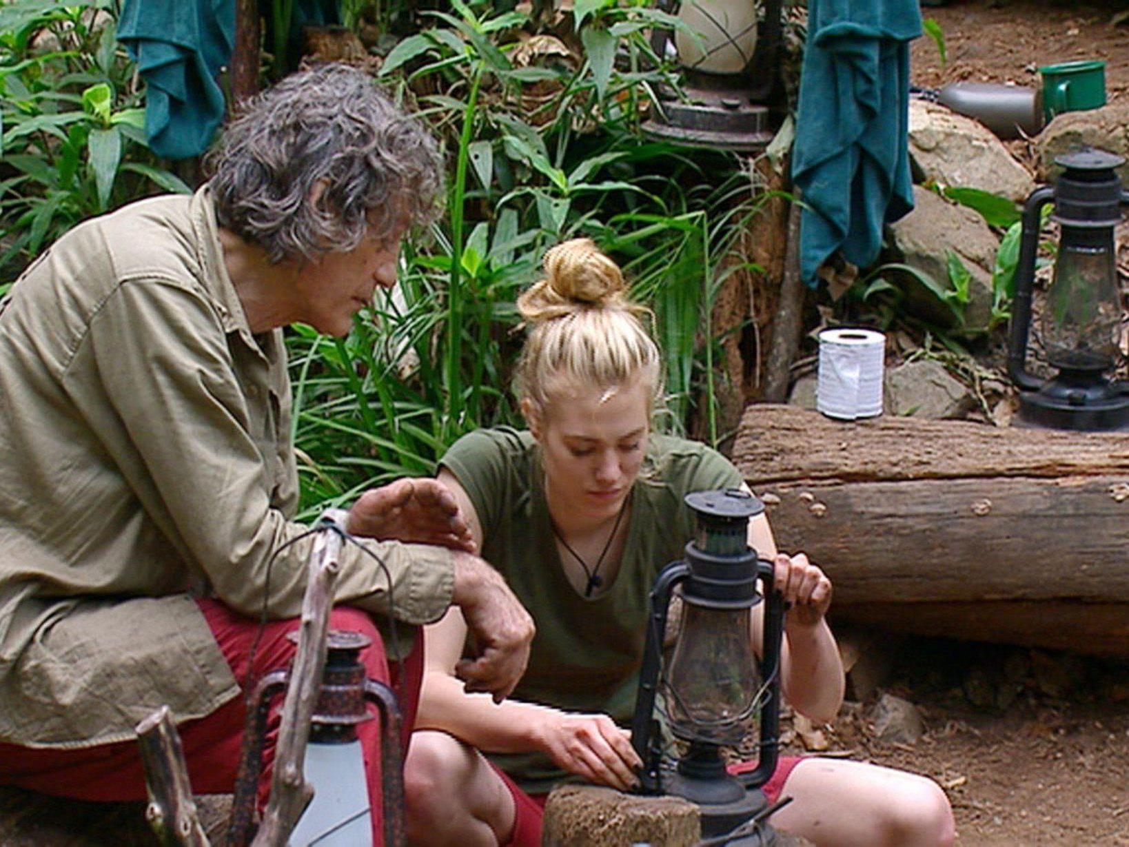 Dschungelcamp Tag 10: Larissa und Winfried machen Licht.