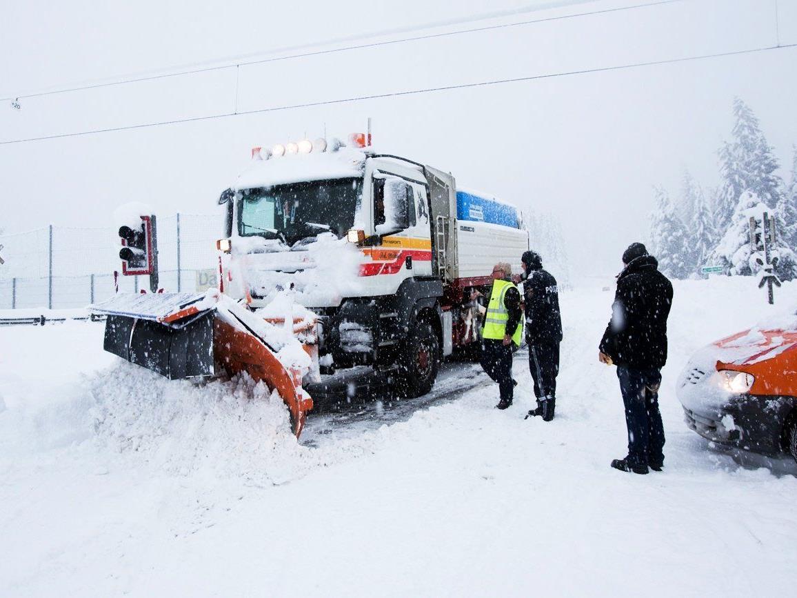 Im Süden Österreichs sorgen massive Schneefälle für Straßensperren und Lawinenabgänge.