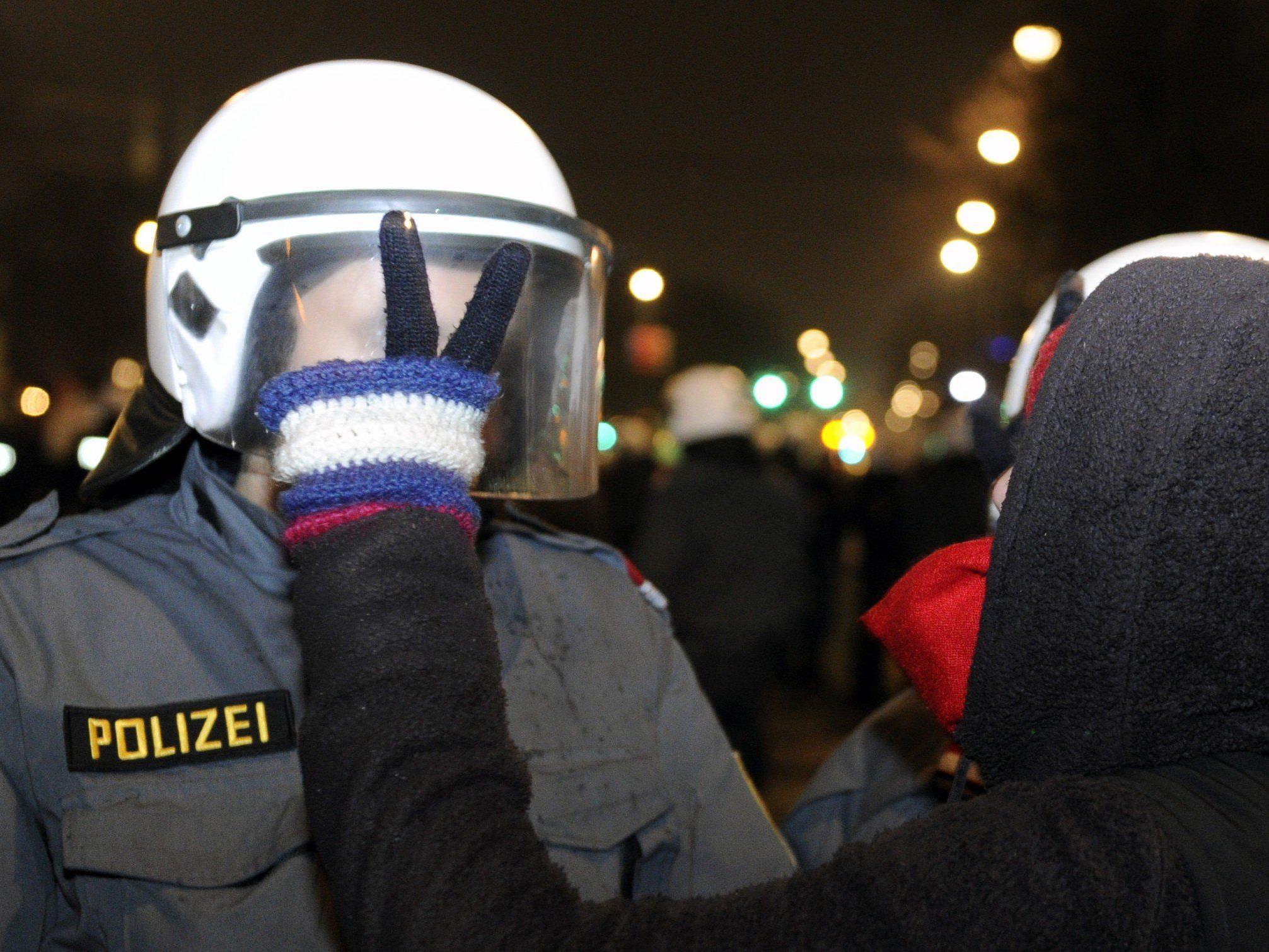 Akademikerball: 80 bis 100 Demonstranten vor Justizanstalt Josefstadt