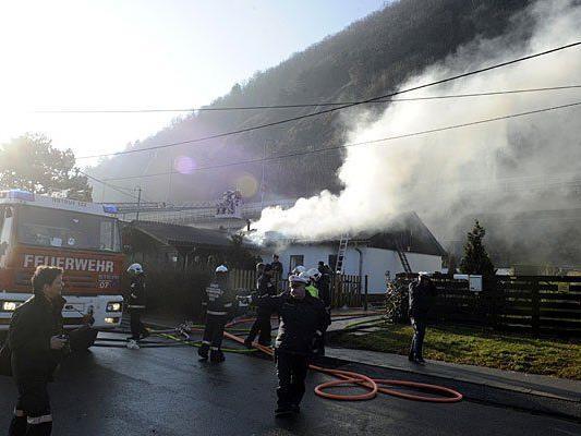 Einsatzkräfte bei dem Brand in Döbling
