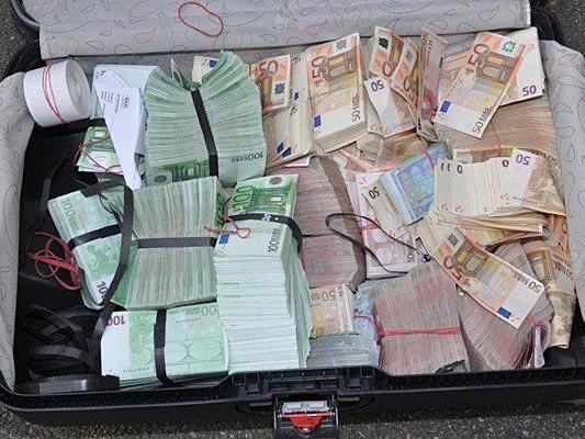 Diesen Koffer mit Geld fand man bei den mutmaßlichen Tätern