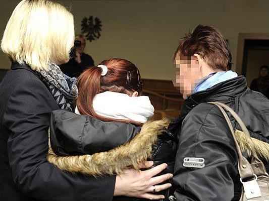 Die 16-jährige Angeklagte (Mitte) beim Prozess wegen Mordes an ihrer besten Freundin in Wien