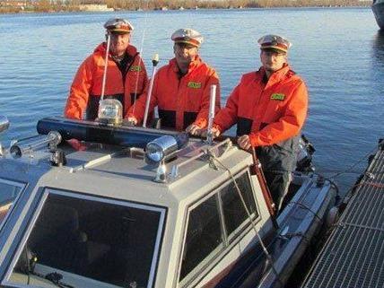 Polizisten konnten den Mann rechtzeitig aus dem Wasser ziehen.