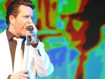 Die Falco Tribute Band will den Popstar auch auf der Bühne am Leben halten.