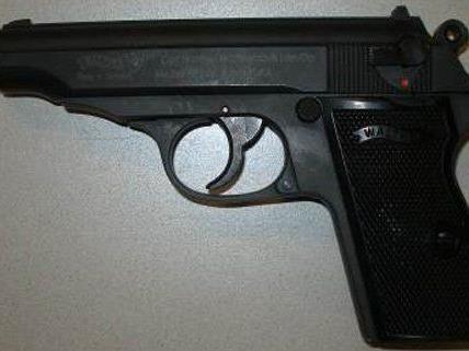 Der Zeuge nahm die Waffe des Räubers an sich.