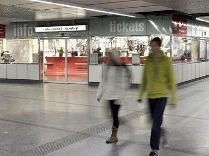 Immer mehr Menschen kaufen ihre Tickets lieber online.