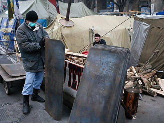 Demonstranten verstärkten ihre Barrikaden