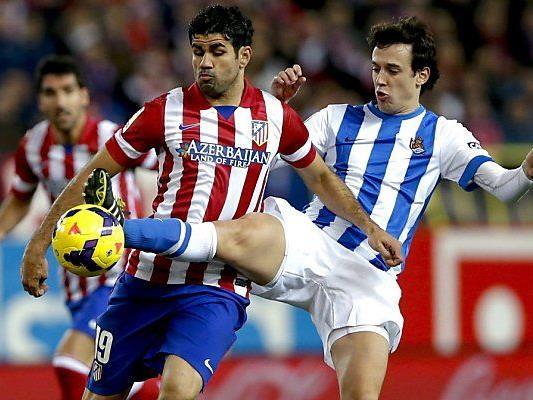 Diego Costa (l.) im Zweikampf mit Ruben Pardo