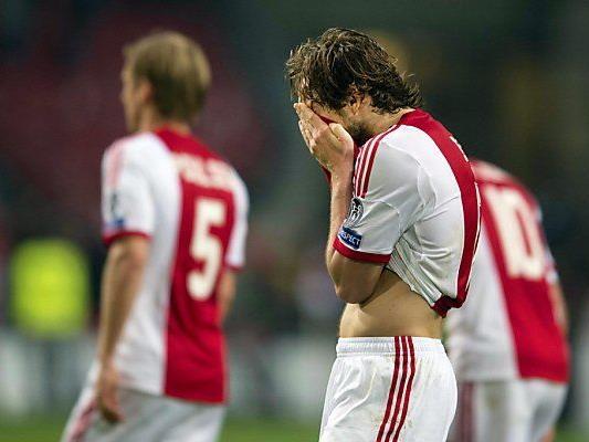 Ajax steht mit dem Rücken zur Wand