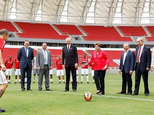Präsidentin Rousseff versucht sich selbst am Ball