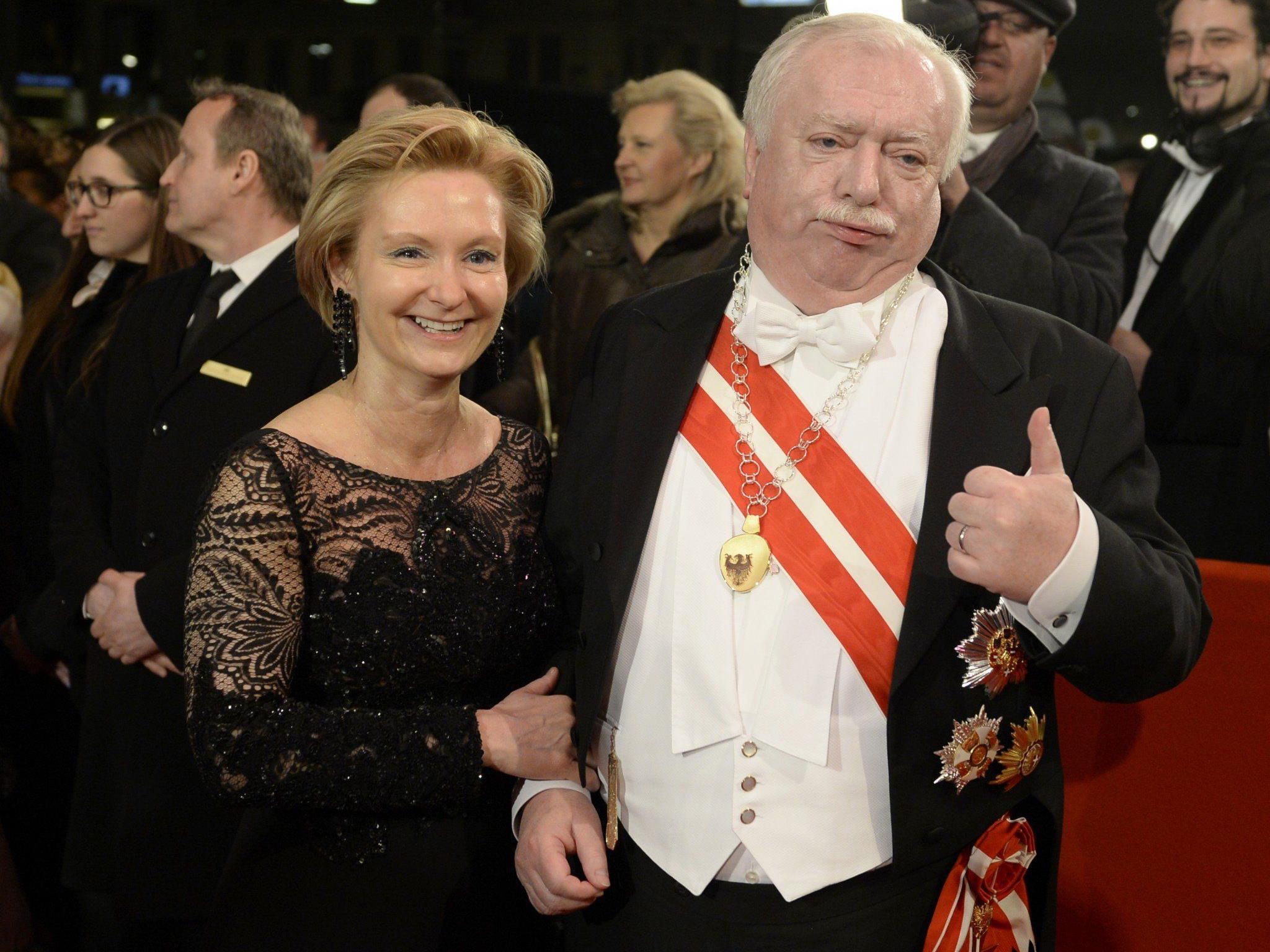 Opernball: Auch Bürgermeister Michael Häuply posierte am roten Teppich.