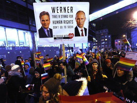 """Aktivisten während eines Protestmarsches der HOSI Wien und des Rechtskomittees Lambda unter dem Titel """"To Russia with Love"""" am Freitag"""