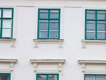 ein Mann wollte sich aus einem Fenster in Wieden stürzen