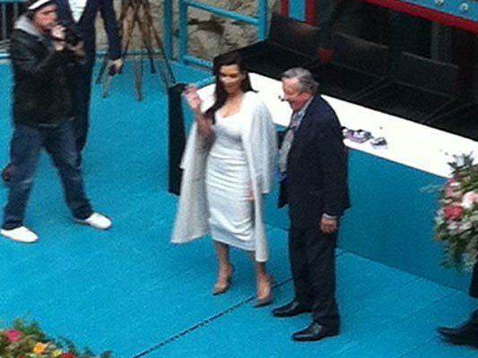 Kim Kardashian stand nur sehr kurz mit Lugner auf der Bühne