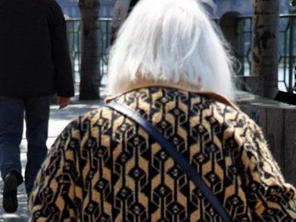 Eine hilfsbereite Pensionistin wurde ausgeraubt