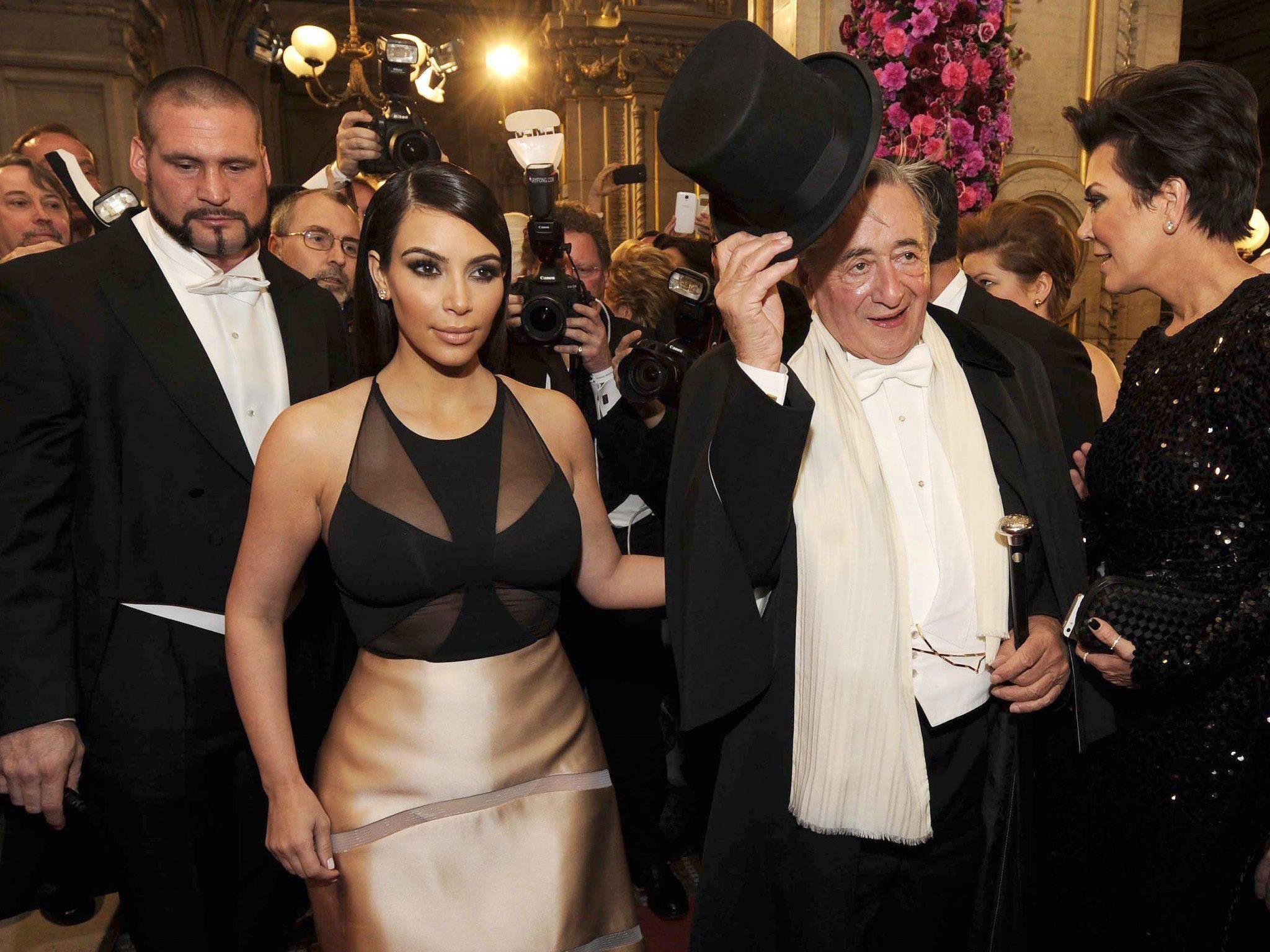 Kim Kardashian in Begleitung von Richard Lugner.